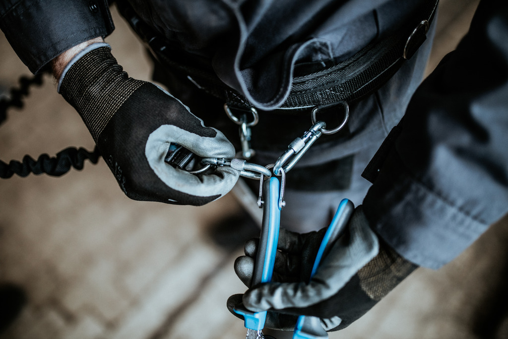 The carabiner on the lanyard has to be protected against opening using a lock ring.